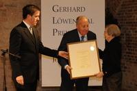 Dr. Ingeborg Löwenthal überreichte 2008 gemeinsam mit Dieter Stein den Ehrenpreis an Peter Scholl-Latour