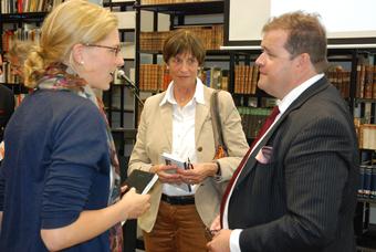 Sophia Kuby (li.), Gabriele Kuby und Professor Dr. Harald Seubert diskutieren