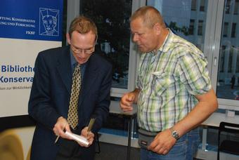 Robert Grözinger signiert seine Bücher